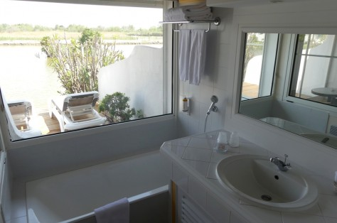 Relax in the bath tube with view over the lake!